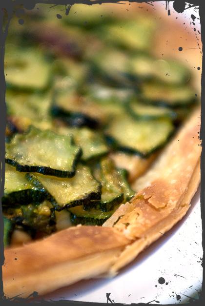 Pizza sfogliata con scamorza e zucchine