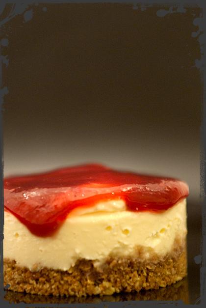 Cheesecake al cioccolato bianco, rose e lamponi